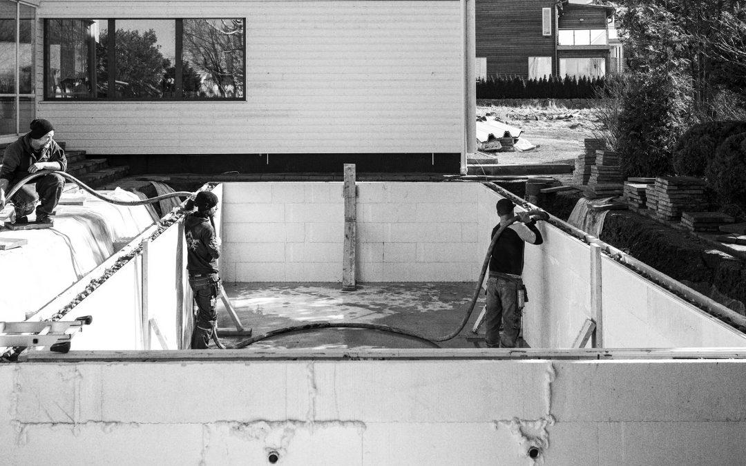 Swimmingpool med betongväggar
