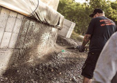Sprutning av betong på mur i västsverige