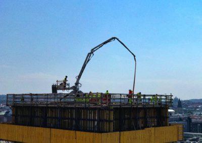På hög höjd levererar Betongkonsult betongen till rätt ställe
